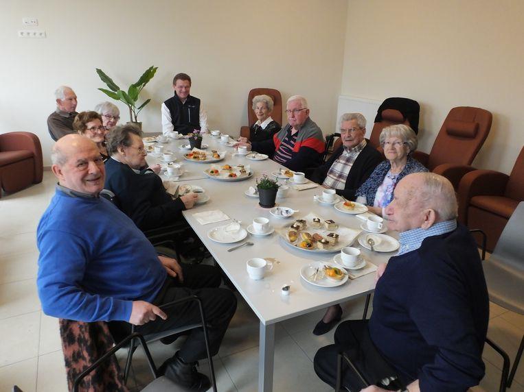 De bezoekers van het dagverzorgingscentrum Sint-Vincentius op de nieuwe locatie.