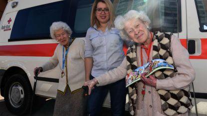 Jeanne en Marcella (95) kopen eerste Rode Kruis-sticker
