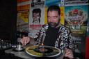 Dj Eric Smulders draaide tussen de bedrijven door uitsluitend vinyl-(blues)platen