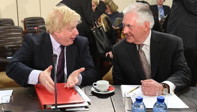 De Amerikaanse minister van Buitenlandse Zaken Rex Tillerson (rechts) in gesprek met zijn Britse collega Boris Johnson vrijdag in het NAVO-hoofdkwartier in Brussel. Beeld afp