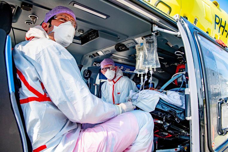 Vervoer van een ic-patiënt per helikopter naar Duitsland. Beeld SOPA Images/LightRocket via Gett
