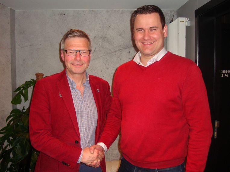 Geert D'hooghe (rechts) volgt Marc Verberckmoes op als voorzitter van Open Vld Zele.