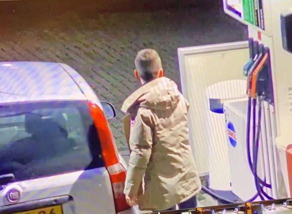Beelden van Max in de beige jas die hij droeg tijdens de nacht van zijn verdwijning.