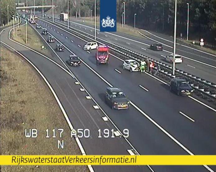 De situatie op de A50 bij Arnhem kort na de aanrijding op camerabeeld van Rijkswaterstaat.