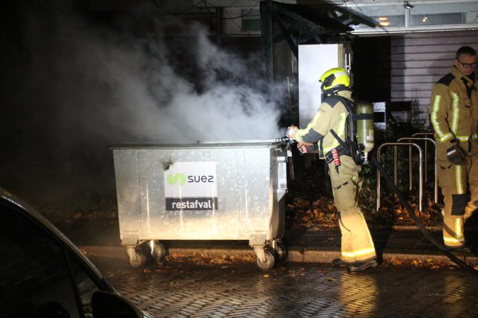 De brandweer was druk bezig met het blussen van alle brandjes.