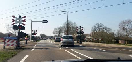 Spoorbomen op N340 willen niet omhoog: hinder voor het verkeer tussen Hessenpoort en Dalfsen