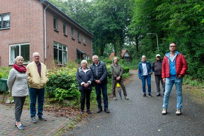 Ex-medewerkers van de Hoenderloo Groep - rechts Paul Coldenhof, vierde van links Wim van Dam - zijn geschrokken van de situatie rond de dienstwoningen.