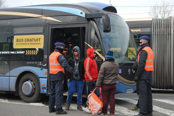 Archieffoto. De politie plukt enkele transmigranten van de DK-bus.