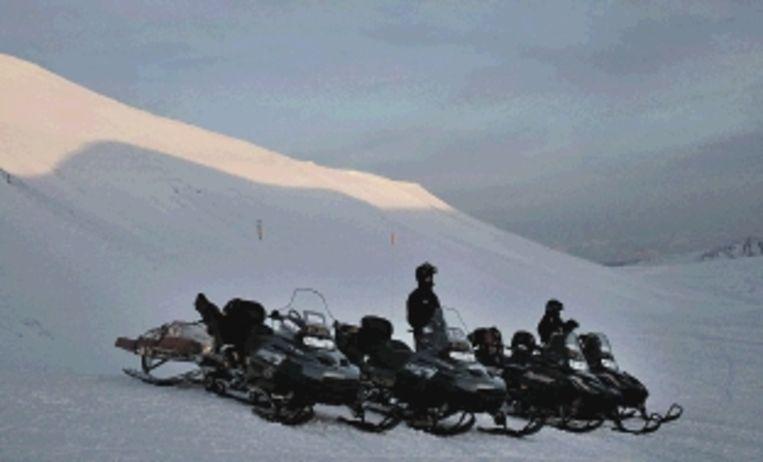 Een tocht per sneeuwscooter is ideaal om het witte landschap te verkennen. (Trouw) Beeld