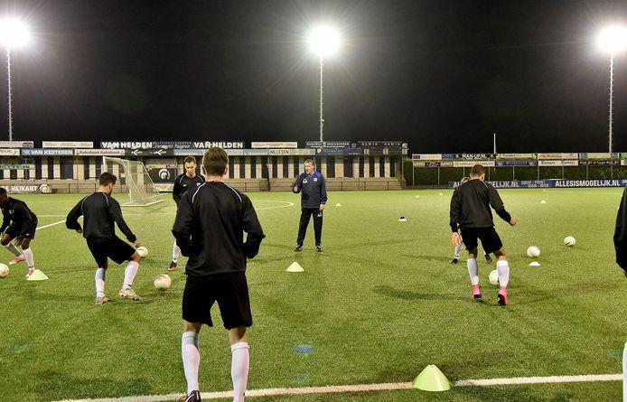 Arno Arts coacht zijn spelers bij zijn terugkeer als trainer van Achilles'29.
