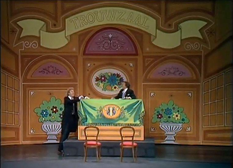 André van Duin en Frans van Dusschoten in de trouwzaal-scène. Beeld -