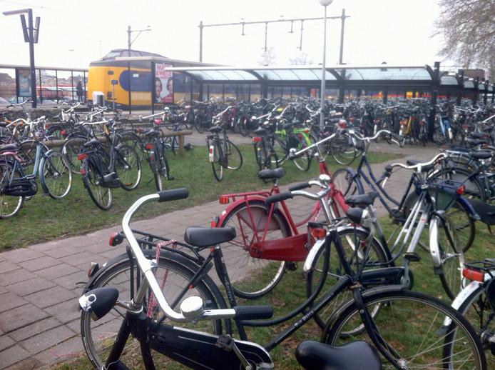 Fietsen verspreid buiten de stallingen bij het station in Deurne. fietsenstalling