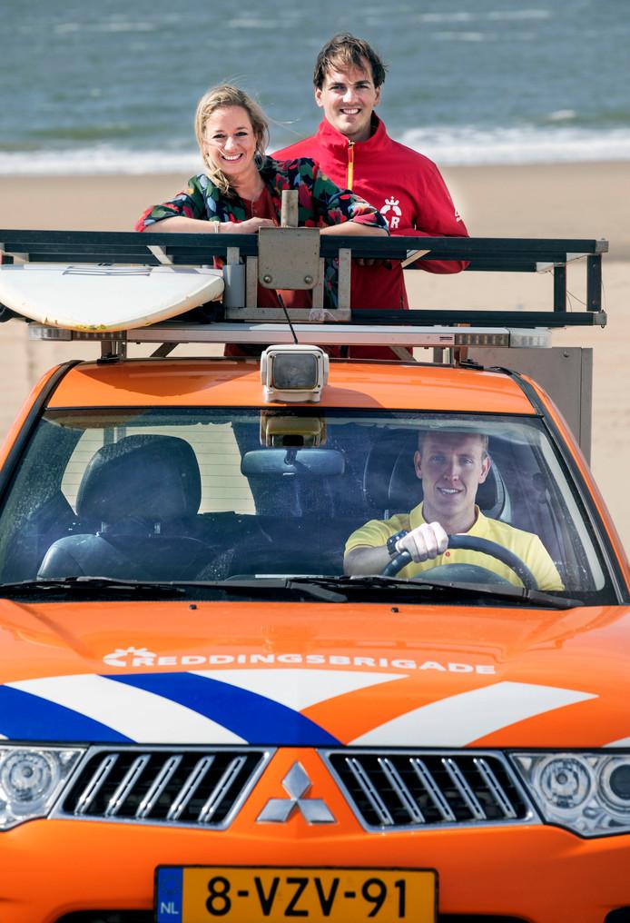 SEH-arts Lenneke Scholtens rijdt mer Maurits Heukensfeldt Jansen (rechts) en Shane Stam van de reddingsbrigade over het strand. ,,De grootste valkuil is overmoedigheid.''