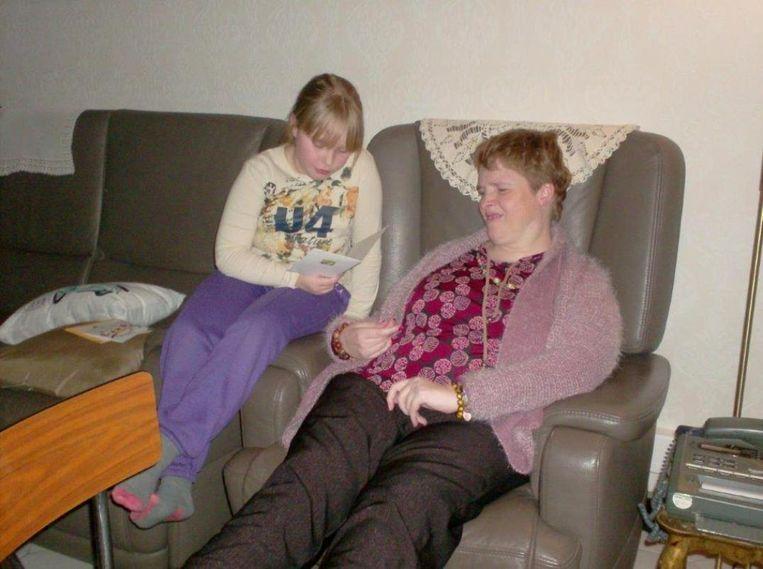 Nichtje Silke leest een kaartje voor aan Sandra.