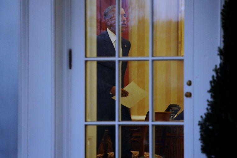 De voormalige Amerikaanse president werd op de dag van Trumps eedaflegging in het Oval Office gefotografeerd met mogelijk de brief die hij voor zijn opvolger achterliet.