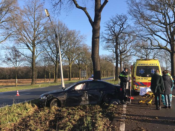 De auto raakte 2 lichtmasten en twee flitskasten.