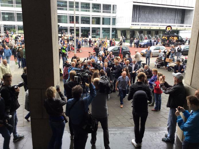 Yuri van Gelder komt vrijdagochtend aan bij de rechtbank in Arnhem.
