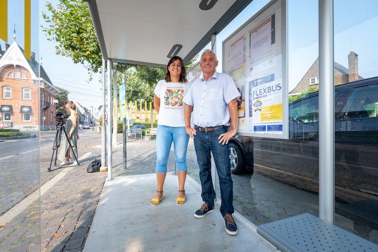 BORNEM Flexbus Klein-Brabant wordt gelanceerd als proefproject om de belbus flexibeler te maken. Schepenen Saadet Gülhan van Bornem en Alex Goethals van Puurs-Sint-Amands staan aan de bushalte aan het station van Bornem