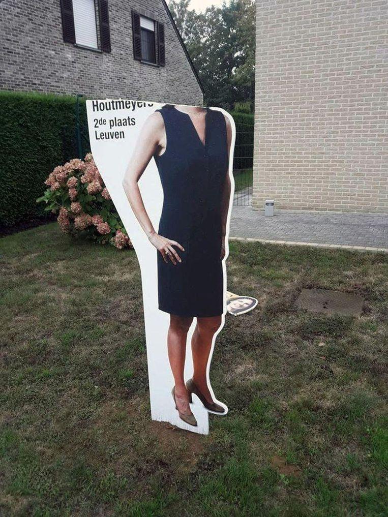 De vandalen braken letterlijk het hoofd van Katrien Houtmeyers op het verkiezingsbord af.