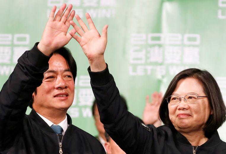President Tsai Ing-wen van Taiwan en de nieuwe vicepresident  William Lai vieren hun winst bij het partijbureau in Taipei. Beeld REUTERS