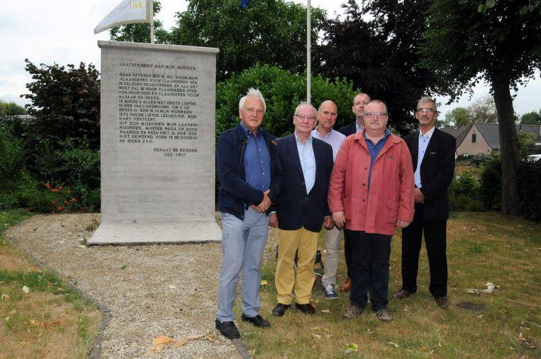 Het comité aan het monument van Renaat De Rudder in Landegem.