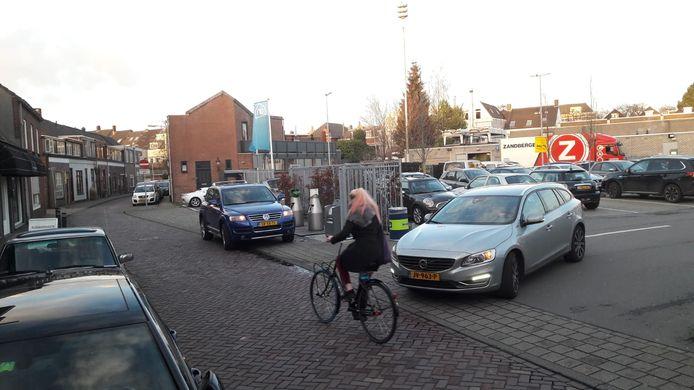 Het parkeerterrein aan de Zandbergweg, aan de achterkant van de Albert Heijn. Daar mag de supermarkt niet meer lossen en laden.
