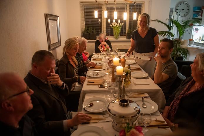 Monique Rikkers serveert haar gasten in haar thuisrestaurant.