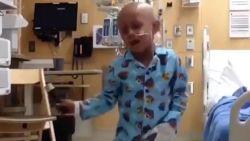 VIDEO. Jongetje viert als Michael Jackson het einde van zijn kankerbehandeling