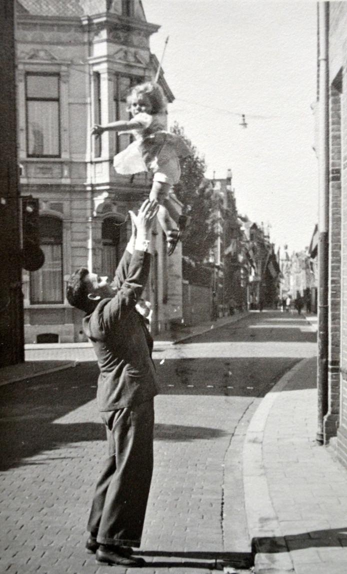 Louis met dochter Elsie (Tilburg 1945). Elsie woont er nog altijd: zij is de langst zittende bewoner van de Tuinstraat.