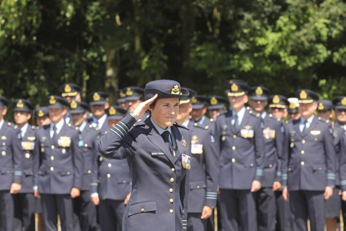 Commando overdracht op vliegbasis Eindhoven. Harold Boekholt neemt het stokje over van zijn vrouw Elanor Boekholt- O'Sullivan.