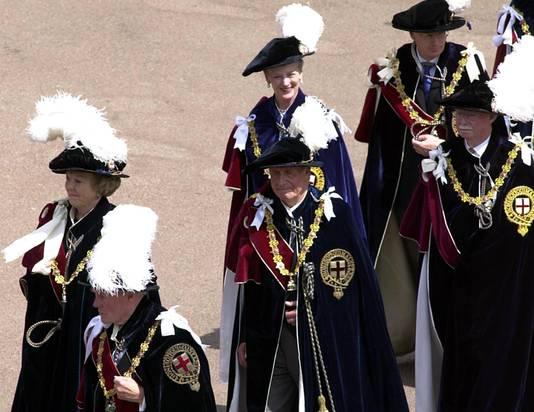 Koningin Beatrix (links) in 2002 als lid van de orde.