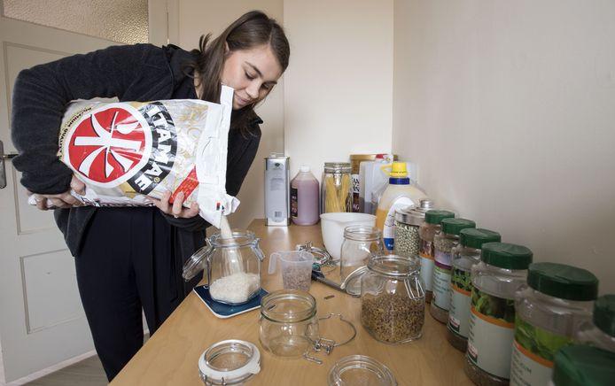 Romee Hoeksma levert haar producten in potten. Heeft de klant de pot leeg, dan ruilt hij die om voor een volle.