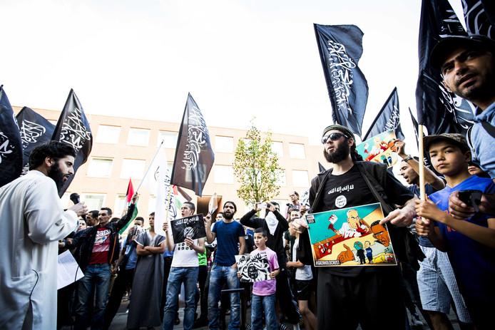 Jihadisten uit Den Haag bij een demonstratie. Zij radicaliseerden ook Delftse jeugd.
