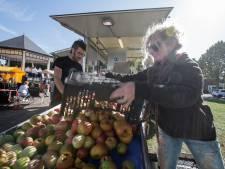 Overtollig fruit wordt overheerlijk sap in rondreizend fabriekje