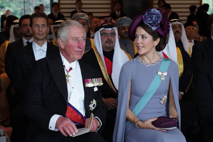 Prins Charles en kroonprinses Mary van Denemarken luisteren naar de plechtigheid.