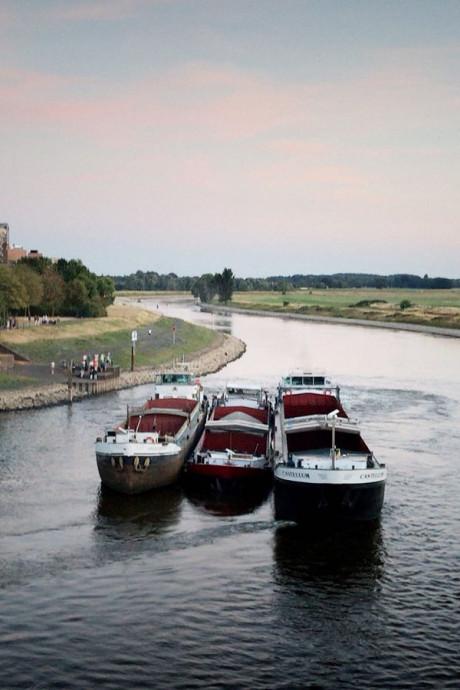 Schip vaart zich vast bij IJsselbrug Doesburg