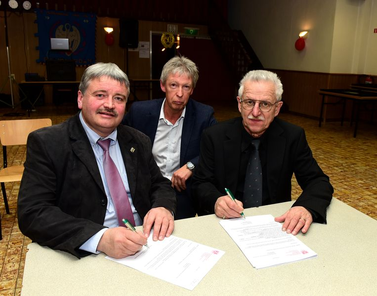 Burgemeester Patrick Decat(links) tekende de aanbevelingsbrief samen met Christian Demeulder en Erik Dhaeyer