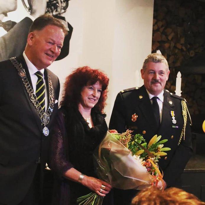 Kees Bogaart heeft een koninklijke onderscheiding gekregen van burgemeester Roel Cazemier.