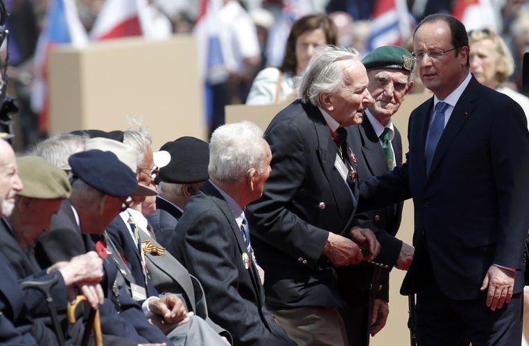 Hollande bij oorlogsveteranen in Ouistreham. Beeld reuters