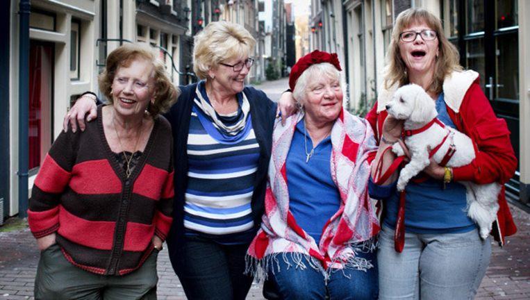 Van links naar rechts, in de Oude Nieuwstraat, Janna van Vegten-van Grasstek en haar dochters Anja enMarianne. Tweede van rechts hun vaste raamhuurster Tineke Fokkens. © Jean-Pierre Jans Beeld