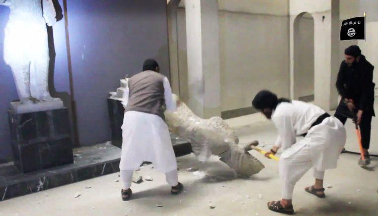 IS-strijders vernietigden in februari in het Nineveh Museum in Mosul een deel van de collectie. Beeld ap