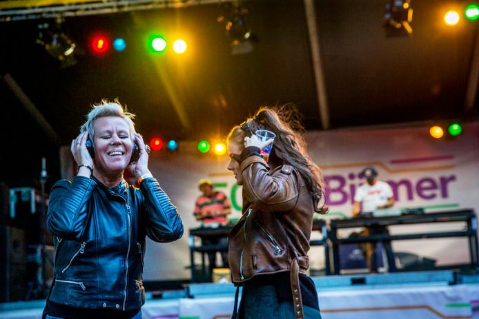 Het speciale Bijlmer-podium is populair tijdens de laatste editie van de Uitmarkt. Deze bezoekers genieten met koptelefoon van soul- en discomuziek.