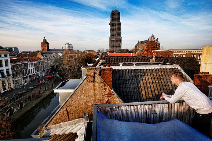 Koen woont in de Hamburgerstraat en heeft vanaf zijn dakterras een mooi uitzicht op de ingepakte Domtoren.