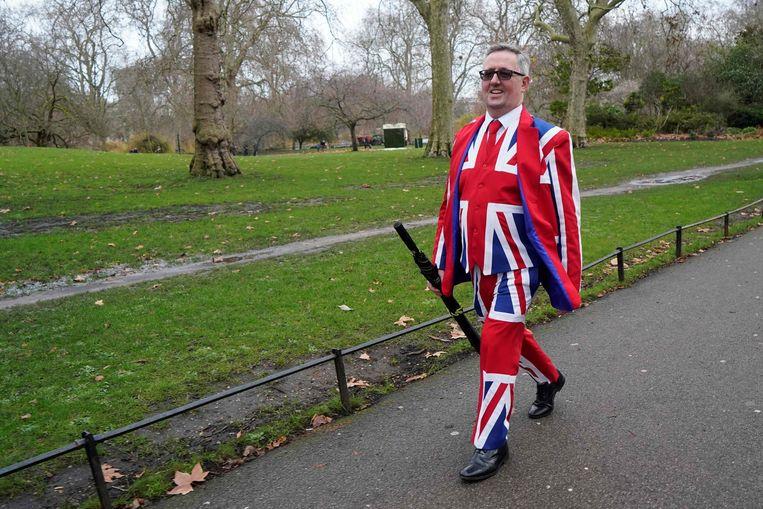 Een man loopt in het park, gekleed in de 'Union Jack'. Beeld AFP
