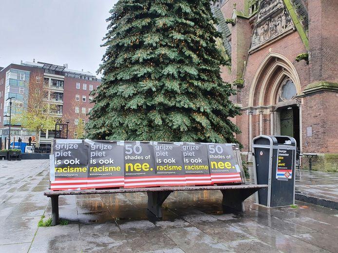 Posters tegen grijze piet op Catharinaplein in Eindhoven.