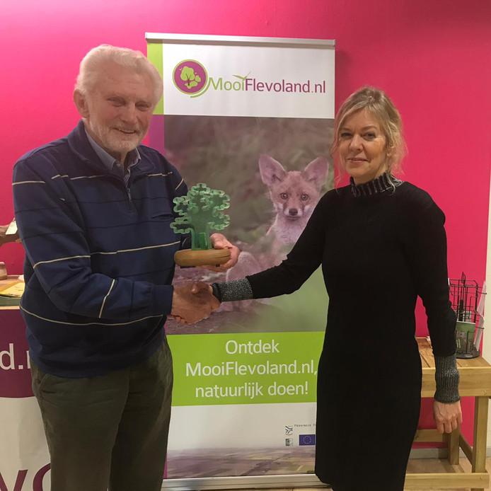 Ab Strijker, winnaar van de Groene Pluim met Vera Dam, directeur van Natuur- en Milieu Federatie Flevoland.