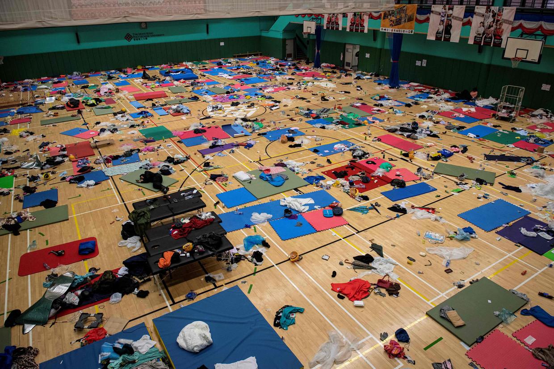 Betogers gebruiken een sportzaal van de Polytechnic University in Hongkong als slaapzaal. Beeld Nicolas Asfouri/AFP
