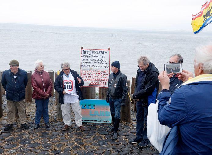 Guus Langeraert (derde van links) sprak de anti-ontpolderaars toe, op de linkerarm van 't Killetje.