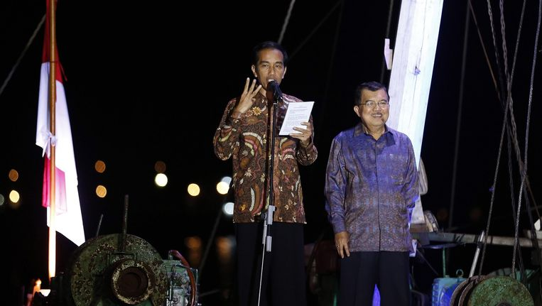 De tot president gekozen Joko Widodo (links) met zijn vicepresidentskandidaat Jusuf Kalla, gisteren in Jakarta. Beeld epa