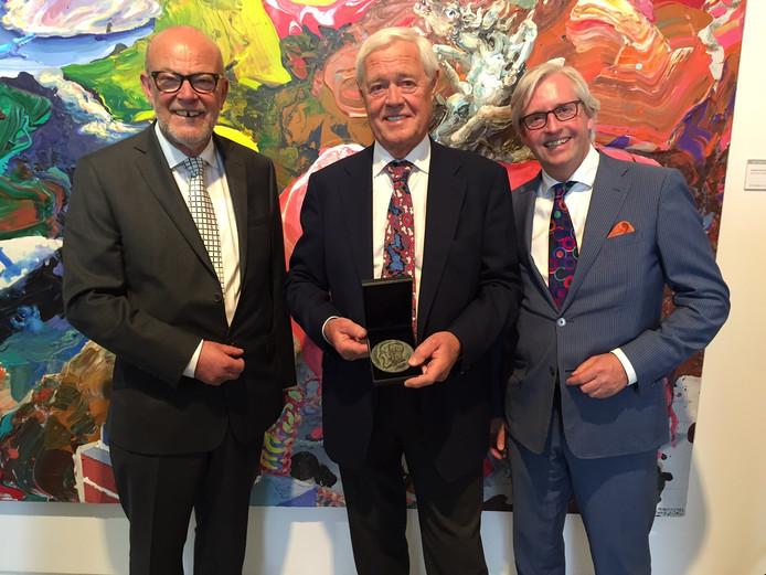 Gerard Meulensteen (midden). Links Jacques Vermeeren, en rechts Bart Schellekens van Karel Vermeeren Stichting.